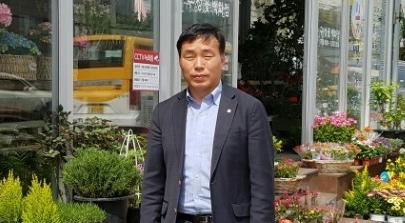 자신이 운영하는 꽃집 앞에 선 장순복 씨 /사진=장순복 씨 제공
