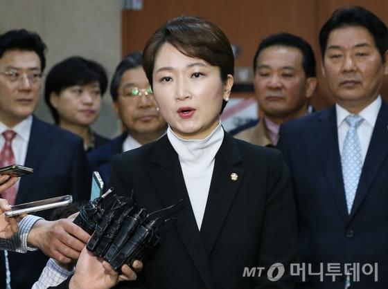 """이언주 더불어민주당 의원이 6일 서울 여의도 국회 정론관에서 더불어민주당 탈당 기자회견을 하고 있다. 이 의원은 이날 회견에서 """"새로운 정치질서를 위해 새로운 대한민국을 위해 몸담았던 더불어민주당을 떠나 국민의당으로 갑니다""""라고 밝혔다. /사진=뉴스1"""