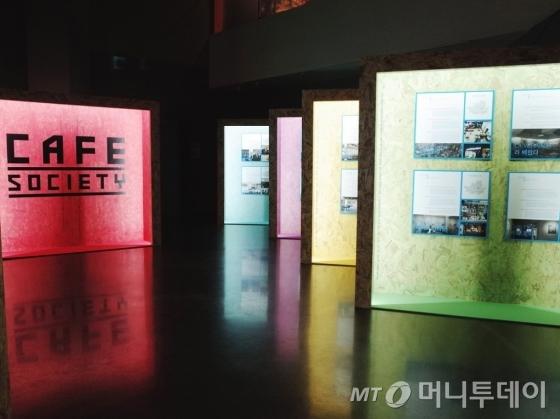 '카페소사이어티' 공간에선 서울 시내 갤러리형 카페를 인포그래픽 형태로 소개한다. /사진제공=서울미술관