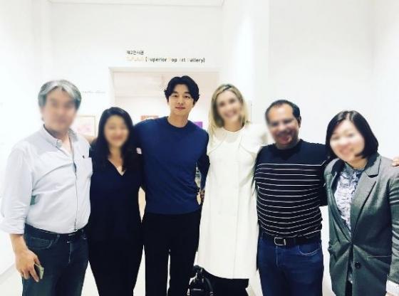 CNN '토크 아시아' 촬영후 관계자들과 함께 사진찍은 배우 공유 /사진= 관계자 인스타그램