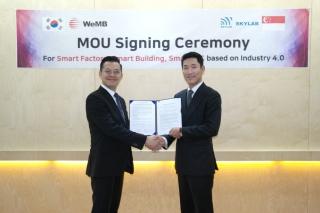 Gary Kwang 스카이랩 대표와 김수현 위엠비 대표(사진 오른쪽)가 MOU를 체결하고 기념 촬영을 하고 있다/사진제공=위엠비