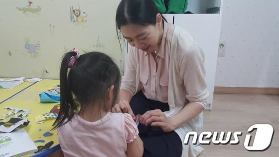 조현아 전 대한항공 부사장이 동작구의 한 보육원에서 아동을 돌보고 있다.(보육원 제공)/사진=뉴스1