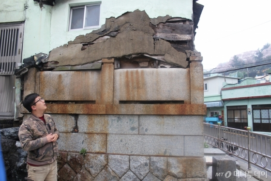 부산 아미동 산 19번지 비석문화마을. 일제 강점기때 일본인들의 공동 묘지 위에 갈 곳없는 피란민들이 집을 짓고 살았다. /사진=김고금평 기자<br />