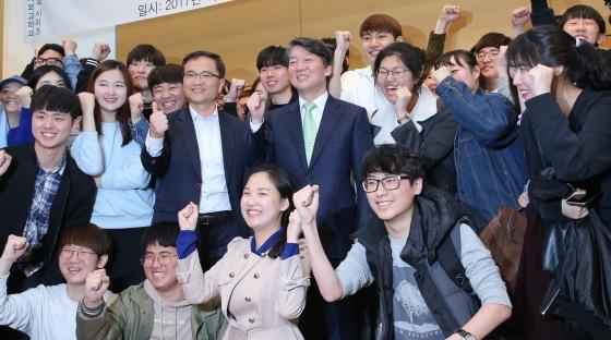 안철수 국민의당 대선후보가 12일 오후 서울 성북구 고려대학교 백주년기념관에서 '4차 산업혁명과 청년'을 주제로 열린 강연회에서 강연을 마친 뒤 학생들과 파이팅을 외치고 있다./사진=뉴스1