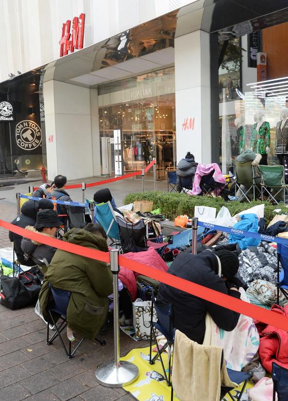 발망 X H&M 컬렉션 상품을 구입하기 위해 시민들이 캠핑 의자와 침낭 등을 구비한채 대기하고 있다./사진=뉴스1