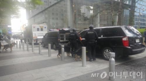 14일 오후 경찰이 폭발물 설치 의심 신고가 접수된 삼성 서초사옥 A동을 수색하고 있다./사진=김성은 기자