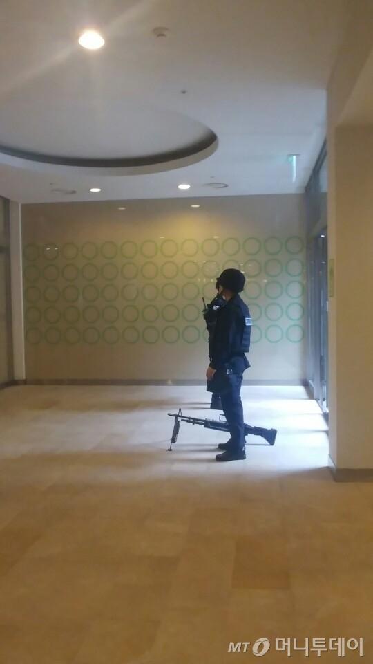 경찰이 삼성 서초사옥 A동 입구를 지키고 있다/사진=김성은 기자