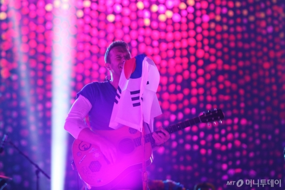 15일 무대에서 '태극기 애정'을 드러낸 크리스 마틴. /사진제공=현대카드<br />