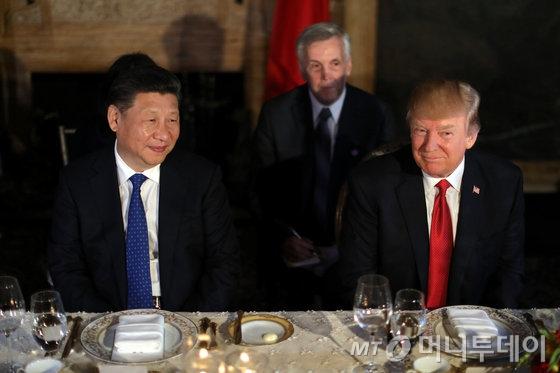 도널드 트럼프 미국 대통령(오른쪽)과 시진핑 중국 국가주석이 6일(현지시간) 플로리다 주 팜비치의 마라라고 별장에서 정상회담에 앞서 만찬에 참석하고 있다.   © 로이터=뉴스1  <저작권자 © 뉴스1코리아, 무단전재 및 재배포 금지>