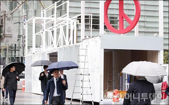 [사진]청계광장에 설치되는 19대 대통령 선거 홍보 구조물