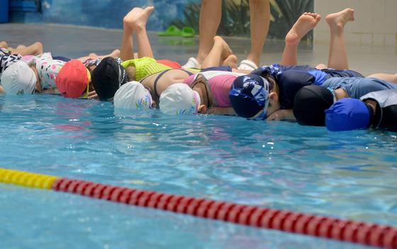생존수영 수업을 받는 초등학생들./사진=뉴스1