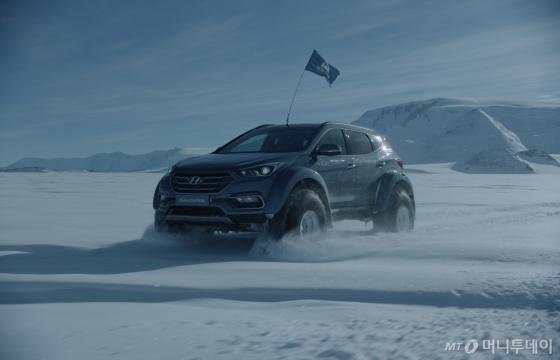 남극에서 싼타페 차량의 실제 주행 장면/사진제공=현대차<br />