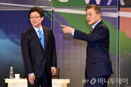 문재인 더불어민주당 대선후보(오른쪽)와 유승민 바른정당 대선후보. /사진=뉴스1