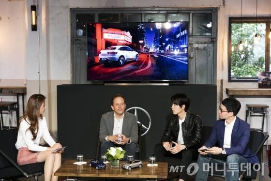 벤츠 코리아가 20일 서울 성수동 '어반소스'에서 '더 뉴 GLC 쿠페' 출시 행사를 가졌다. 마틴 슐즈 벤츠코리아 부사장(왼쪽 두번째), 최영환 마케팅 상무(오른쪽 첫번째), 배우 홍종현(오른쪽 두번째)이 제품에 대한 이야기를 나누고 있다./사진=벤츠코리아
