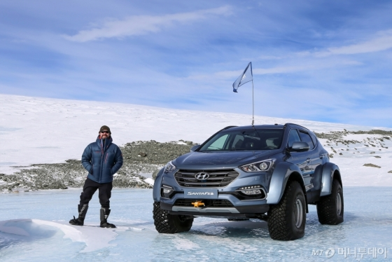 남극횡단에 성공한 '패트릭 버겔'과 산타페 차량/사진제공=현대차