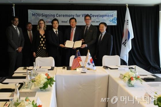 업무협약(MOU) 서명식 이후 기념촬영 하는 모습. (왼쪽에서 네번째) 홍인관 코캄(KOKAM) 총괄이사, 조환익 한국전력공사 사장, 케네스 먼슨(Kenneth Munson) 선버즈(Sunverge) CEO /사진제공=한국전력공사