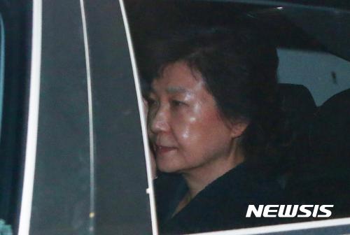 뇌물수수 등의 혐의로 구속영장이 발부된 박근혜 전 대통령이 3월31일 새벽 경기 의왕시 서울구치소로 이송되고 있다./ 사진=뉴시스
