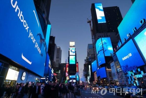 미국 뉴욕 타임스퀘어 42개의 옥외광고판을 통해 공개된 삼성전자 '갤럭시S8' 광고. 삼성전자는 21일 한국과 미국, 캐나다에서 갤럭시S8를 공식 출시한다.