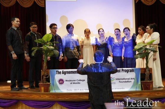 ▲ 웨슬리안 칼리지 마닐라 교수 및 교직원들이 협약식을 축하하기 위해 합창을 하고 있다.