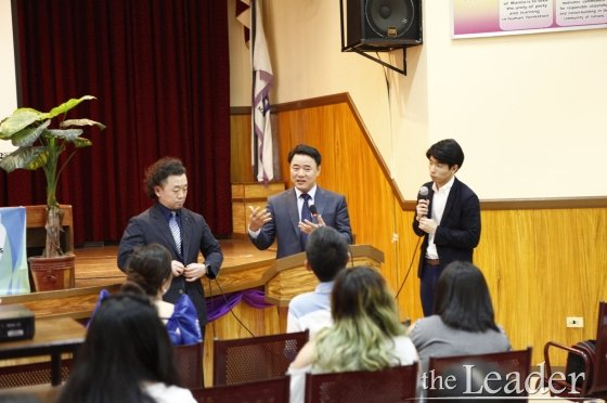 ▲ 사헌순 U&I Education Center 대표(좌측)와 임재동 국제예술원 이사장(중앙)