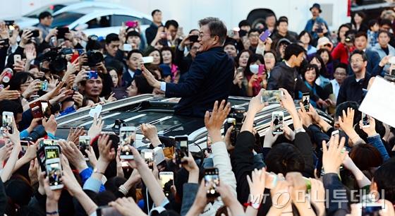 [사진]유세장 떠나는 문재인 후보