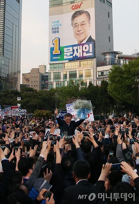 [사진]인천 부평역 찾은 문재인 후보