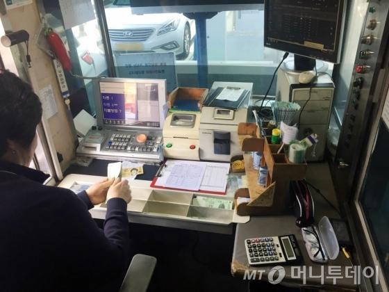 요금 징수원이 하루를 보내는 요금소 내부/사진=심하늬 기자