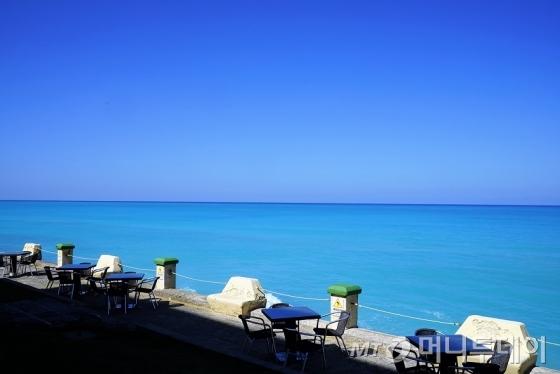카리브해의 오묘한 물빛/사진=이호준 시인·여행작가