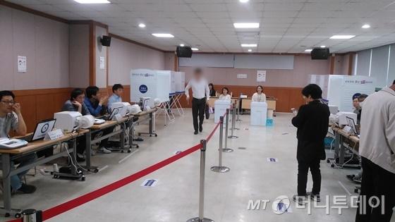 서울 강남구 삼성2동 주민센터에 마련된 사전투표소. 사전투표 첫째날인 4일 오전 투표소 현장은 대체로 차분한 분위기다./ 사진=윤준호 기자
