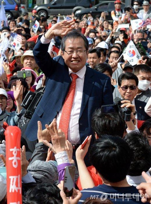 홍준표 자유한국당 대선후보가 6일 오후 경기도 안산시 상록수체육관 앞에서 유세를 갖고 손을 들어 인사를 하고 있다. /사진=뉴스1