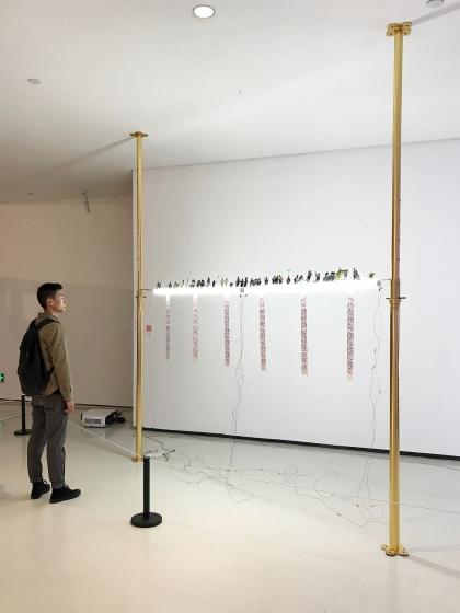 한 관람객이 쓰촨미술학원 전시장에서 유화수 작가의 작품을 바라보고 있다. /사진제공=스페이스오뉴월