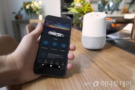 메르세데스-벤츠 차를 음성비서 스피커 '구글홈'으로 제어할 수 있다./사진=메르세데스-벤츠