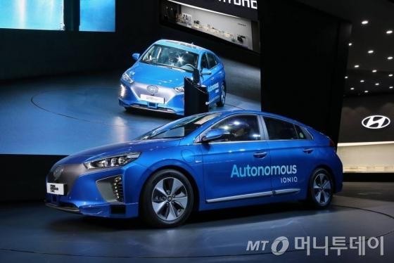 아이오닉 자율주행차가 30일 일산 킨텍스에서 열린 '서울모터쇼'에서 IoT 플랫폼에 바탕한 자율주행을 시연하고 있다./사진=현대차