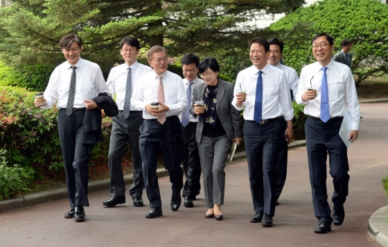 청와대 경내를 산책하는 문재인 대통령과 참모진. /사진=뉴시스