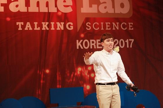 2017 페임랩코리아 본선에서 대상을 받은 KAIST 대학원생 목정완 씨/사진=한국과학창의재단