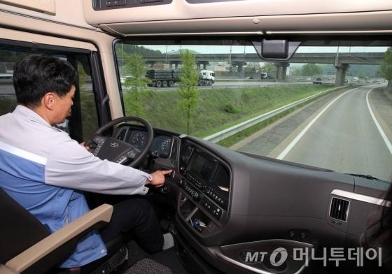 최동용씨(48)가 현대차의 대형 상용차 '엑시언트'를 운전하고 있다./사진제공=현대차