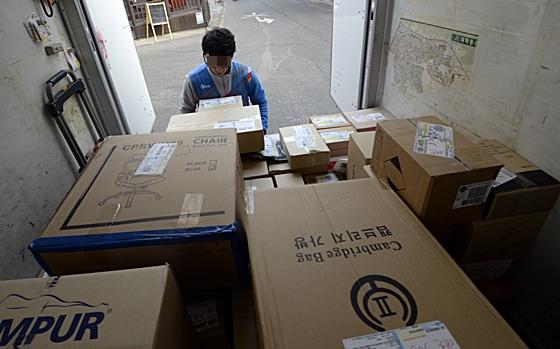 서울 관악구 신림동에서 한 택배기사가 물건을 내리고 있다./사진=뉴스1