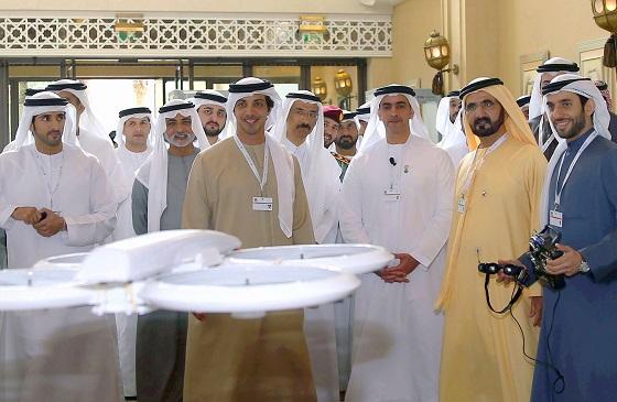 맨체스터시티의 구단주이자 아랍에미리트(UAE) 거부인 셰이크 만수르(앞줄 왼쪽에서 2번째)가 UAE 드론 포 굿(Drones for Good) 대회에서 드론(무인기) 시연을 지켜보고 있다/사진=UAE 드론포굿 집행위 <br>