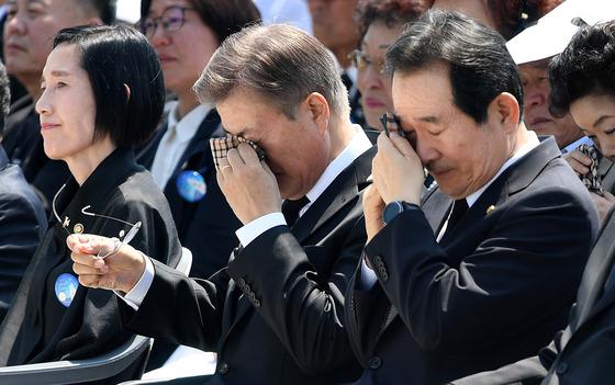 문재인 대통령과 정세균 국회의장이 18일 오전 37주년 5.18 민주화운동 기념식에서 유가족의 추모사를 듣던 중 눈물을 훔치고 있다./사진=뉴스1