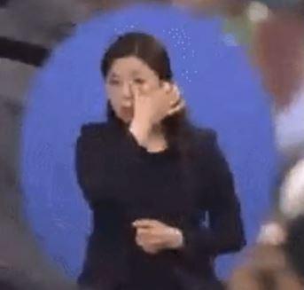 5.18 민주화운동 기념식에서 눈물을 훔치는 수화 통역사의 모습/사진=온라인 커뮤니티