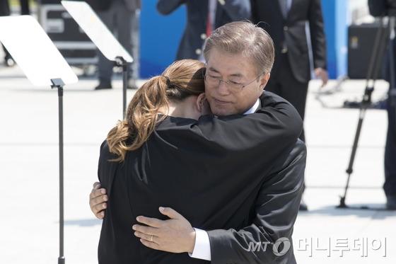문재인 대통령이 18일 광주 북구 국립 5·18민주묘지에서 열린 37주년 5·18 민주화운동 기념식에서 추모사 중 눈물을 흘린 한 유가족을 위로하고 있다./사진=뉴스1