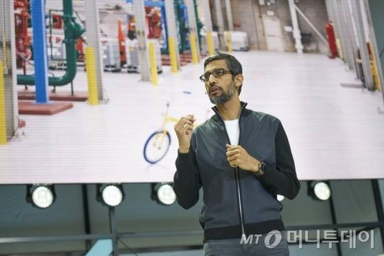 순다르 피차이 구글 CEO(최고경영자)가 17일(현지시간) 캘리포니아주 마운틴뷰에서 열린 개발자들을 대상으로 한 연례 콘퍼런스에 참석해 연설하고 있다. 이날 구글은 올 여름 소프트웨어 업데이트를 통해 삼성전자 '갤럭시S8'에 자사 VR 헤드셋 '데이드림'을 적용할 것이라고 밝혔다. /사진제공=구글