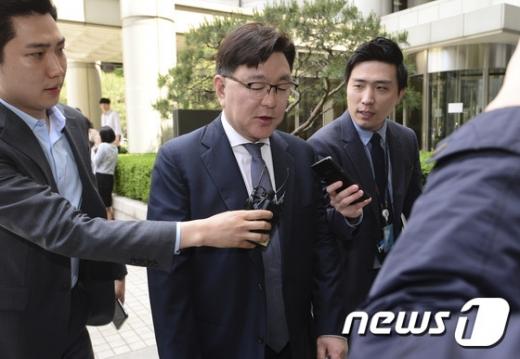 [사진]'비선진료 집행유예' 법정 나서는 김영재