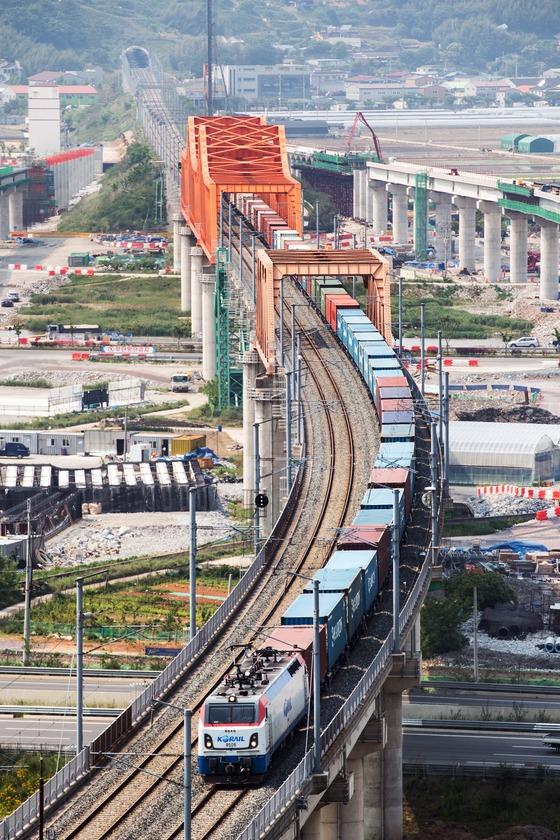 코레일이 부산 강서구 신항만역에서 총 길이1.2km(화물열차 80량)에 이르는 국내 최장 화물열차가 시험운행을 성공했다고 18일 밝혔다. /사진=뉴스1