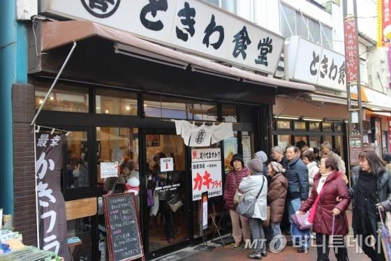 2016년 12월 14일 찾은 일본 도쿄 스가모지장거리상점가의 한 식당 앞에서 노인들이 대기하고 있다./사진=박경담 기자