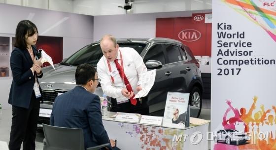 기아차는 15~19일 서울 JW메리어트 호텔과 현대·기아자동차 남부연수원에서 '제 4회 전세계 서비스 상담원 경진대회'를 개최했다. 기아차 서비스 상담원이 고객을 응대하는 모습./사진=기아차