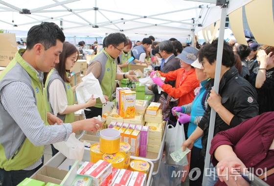 동아쏘시오그룹 직원들이 바자회에서 봉사활동을 벌이고 있다./사진제공=동아쏘시오홀딩스