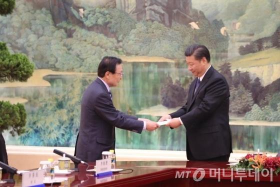 중국을 방문중인 이해찬 특사가 19일 인민대회당에서 시진핑 국가 주석과 면담하는 자리에서 문재인 대통령의 친서를 전달하고 있다. (사진=베이징 공동취재단)