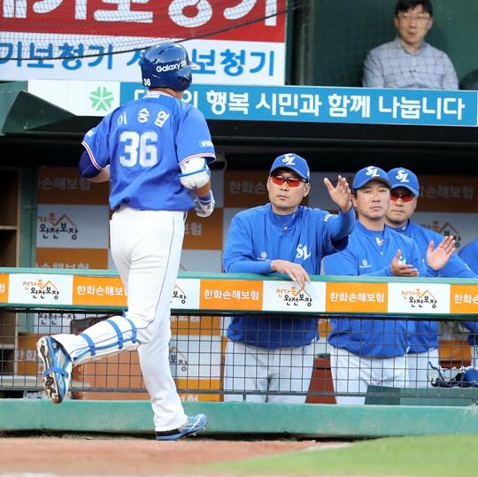 홈런을 친 이승엽과 하이파이브를 나누는 김한수 감독. /사진=삼성 라이온즈 제공<br /> <br />