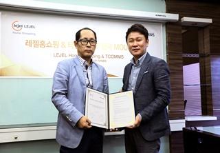우국종 레젤홈쇼핑 대표(사진 왼쪽)와 조성룡 티컴즈 대표가 최근 인도네시아 레젤홈쇼핑 본사에서 상호협력을 위한 업무협약을 체결했다/사진제공=티컴즈